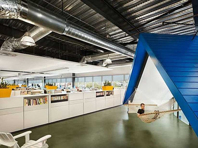 homeaway-an-online-vacation-marketplace-headquartered-in-austin-built-its-own-miniature-roof-with-a-hammock-for-working-and-relaxing