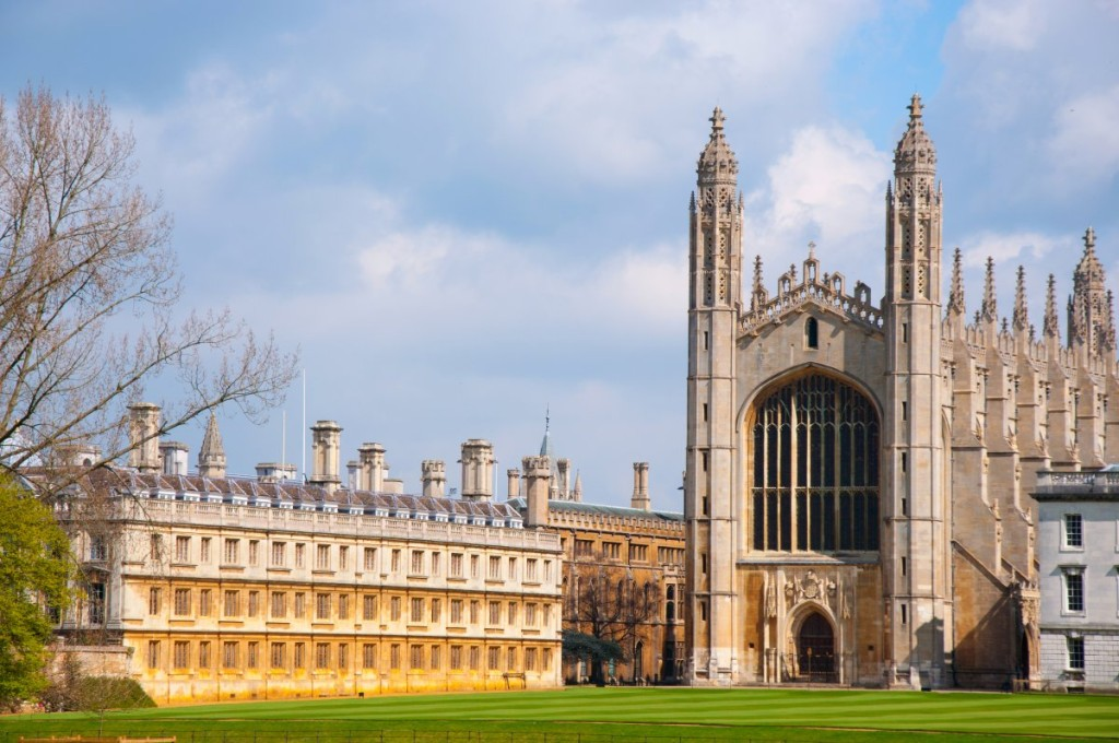 15-as-punters-glide-along-the-river-cam-in-cambridge-the-stunning-gothic-style-kings-college-chapel-stands-out-amid-the-other-university-college-buildings
