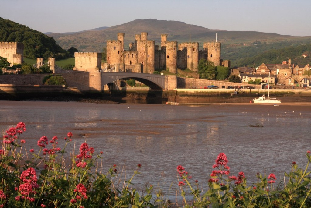 17-conwy-castle-on-the-north-coast-of-wales-is-a-gorgeous-medieval-structure-that-dates-back-to-the-early-13th-century